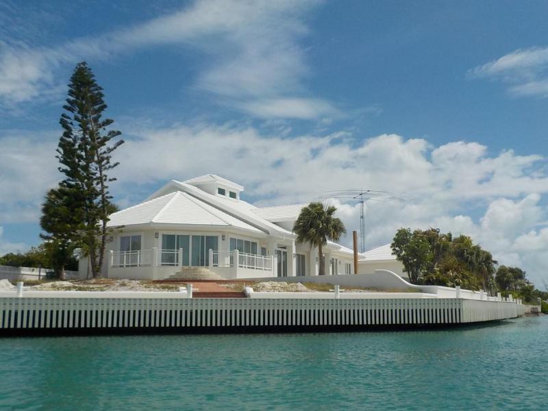 VP5VMA Mario Zanetti, Providenciales Island, Turks and Caicos Islands. House and Antenna.