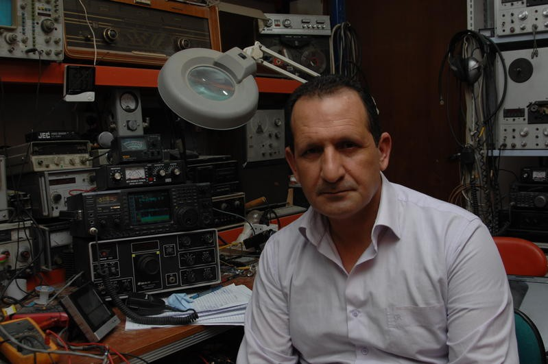 YI1SAL Salam Abdulrazzaq Halboos, Baghdad, Iraq. Radio Room Shack.