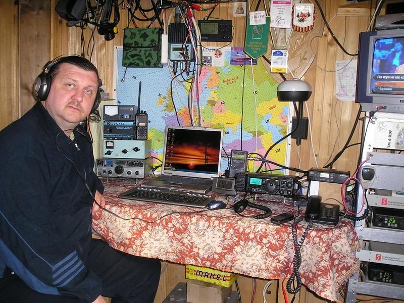 UR2Y Valery Chaly, Chernivsti, Ukraine. Radio Room Shack.