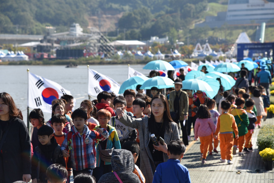 HL07NWPF Nakdong River World Peace Culture Festival, South Korea