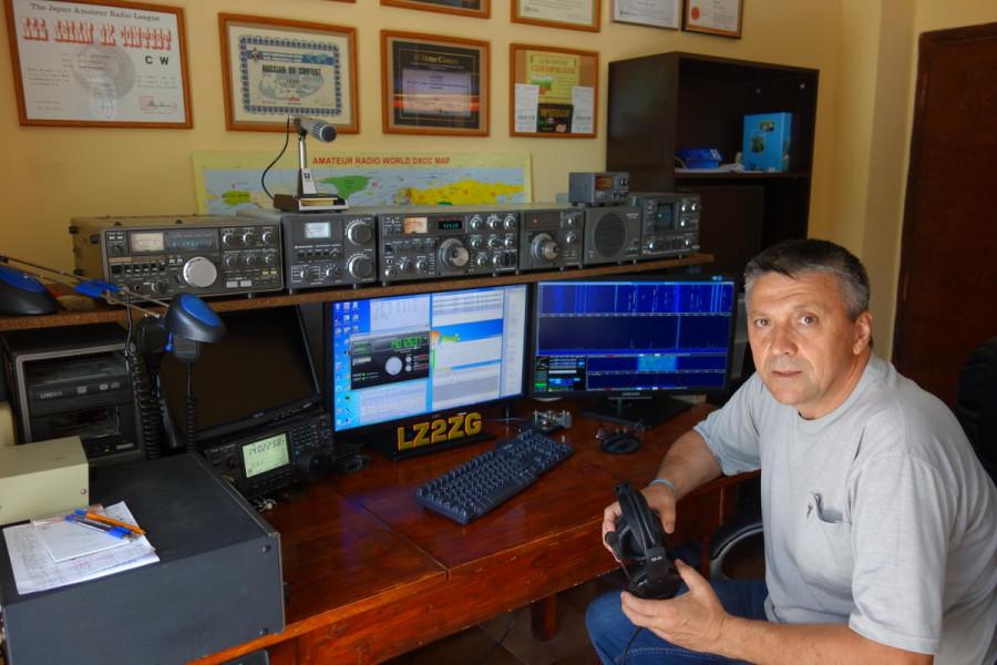 LZ8L Vladimir Gerganov, Lukovit, Bulgaria Radio Room Shack