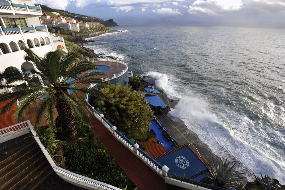 Южная часть острова Мадейра, - вид из моего отеля, расположенного между столицей Фунчал и аэропортом. Направление на Африку – прямо, на острова Зеленого мыса - направо.