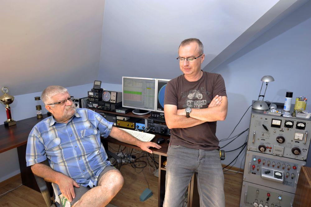 Збигнев, SP7EWL и его сын Томек, SP7UWL в помещении своей уютной радиостанции