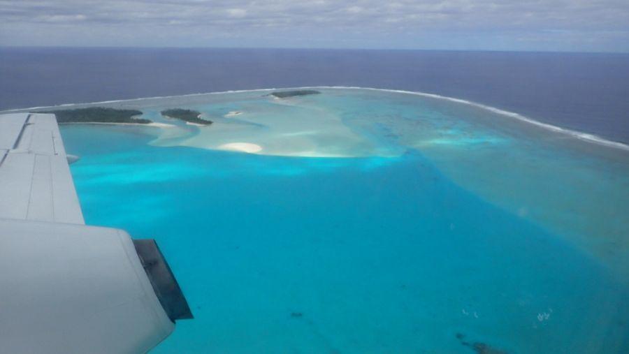 Остров Аитутаки с высоты полета самолета