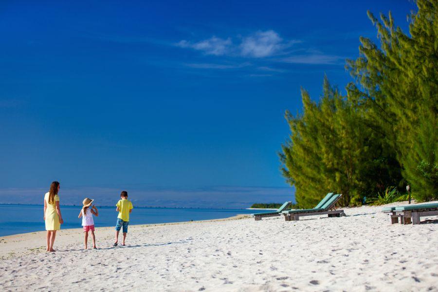 Остров Аитутаки E51WET DX Новости Мать с детьми на тропическом пляже.