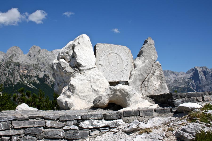 Албания ZA1P Монумент Эдит Дурхам, перевал Тети, Дукагджин.