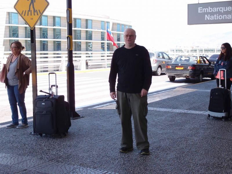 У входа в аэропорт Сантьяго