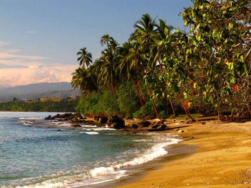 Остров Гуадалканал Соломоновы острова H44TM H44MK Песчаный пляж и тропические джунгли.