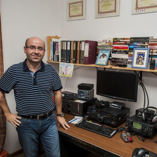 Остров Мадейра CT3HF Оператор в помещении своей радиостанции.