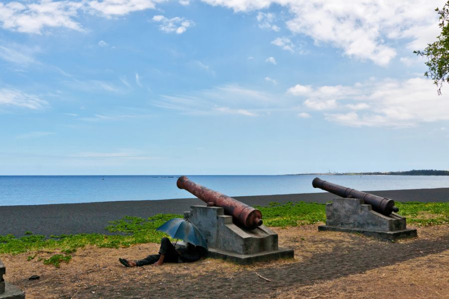 Reunion Island FR/DL1RPL FR/DL3RKS Tourist attractions spot View of the coastline with two monuments.
