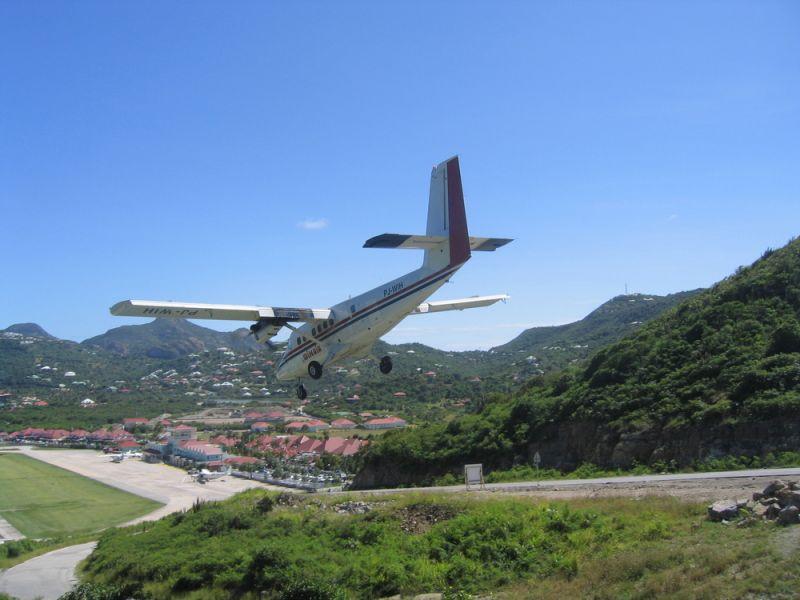 Остров Сен Бартелеми TO2EE Посадка самолета в аэропорту
