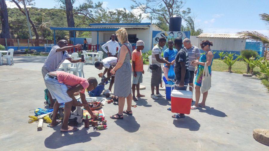 Хаи Хаи Мозамбик Продавцы на пляже
