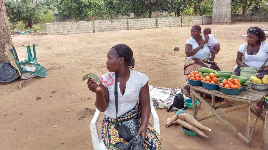 Мозамбик Неведомые деньги Девки, что за бумажку он мне сует вместо денег?.