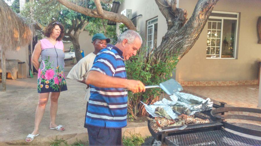 Мозамбик Джозе колдует над ужином