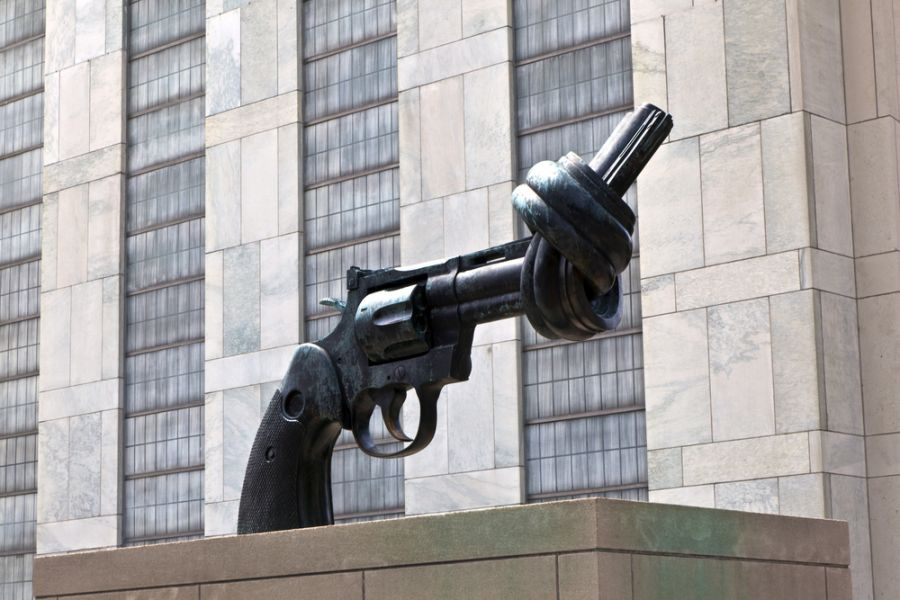 United Nations 4U70UN Gun tied in a knot outside UN headquarters as symbol for reaching peace