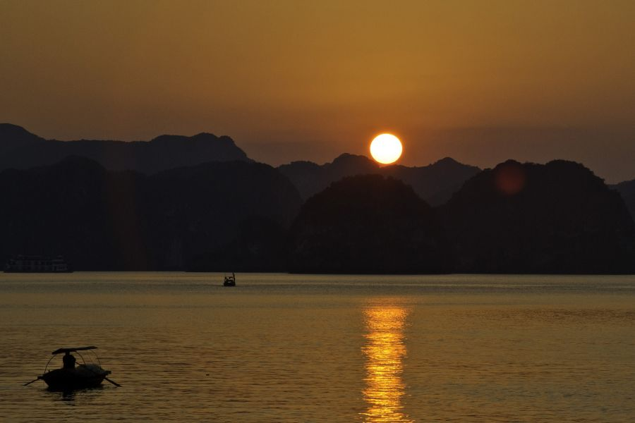 Vietnam 3W2DK Tourist attractions spot Sunset at The Halong Bay.