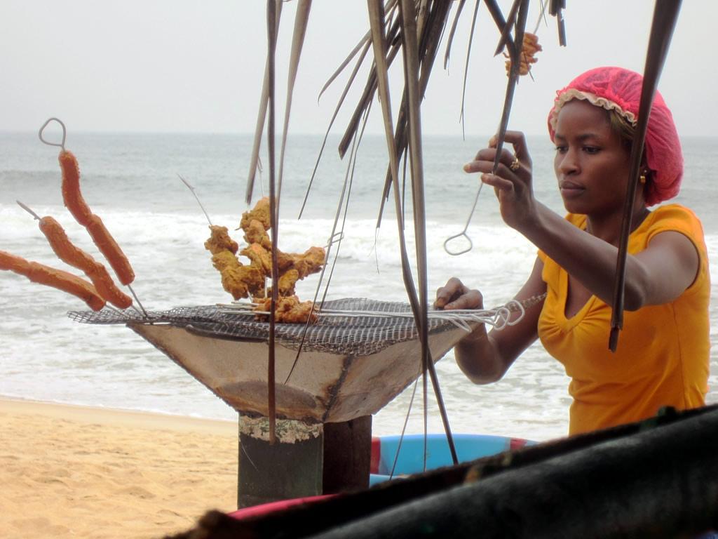 EL2GM EL2BB EL2EL Шашлычок на пляже Синкор, Монровия, Либерия.