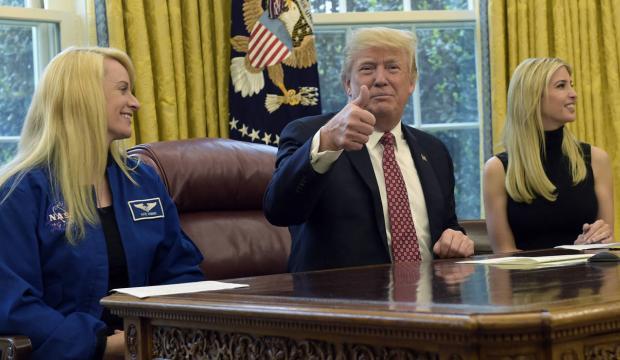Президент Трамп с дочкой и астронавтом говорят с МКС