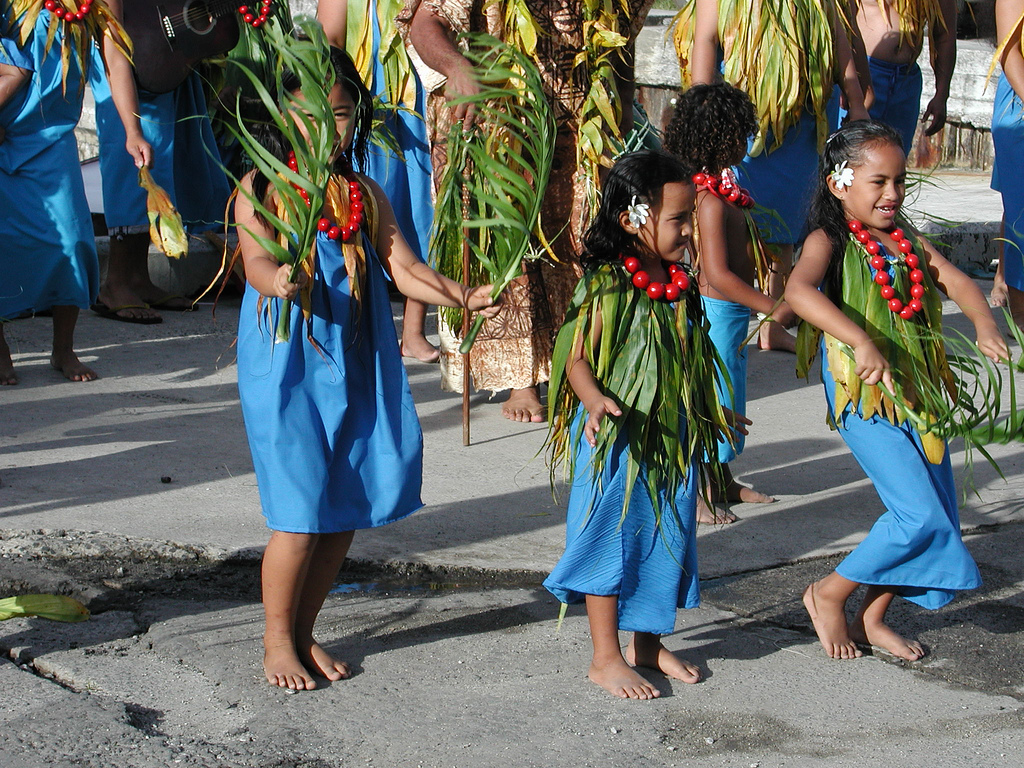 E51NCQ Singers and dancers bless the canoes the day before the race, Rarotonga Island, Cook Islands. Tourist attractions spot